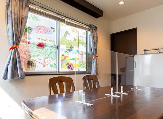 ワイズオクターブ2階学習ルーム個室6畳テーブルタイプアクリル板設置の様子